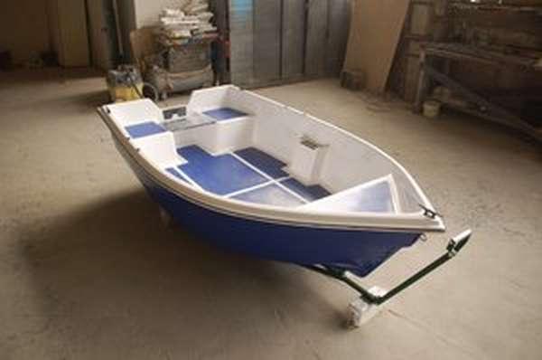 Пластиковый катер для рыбалки