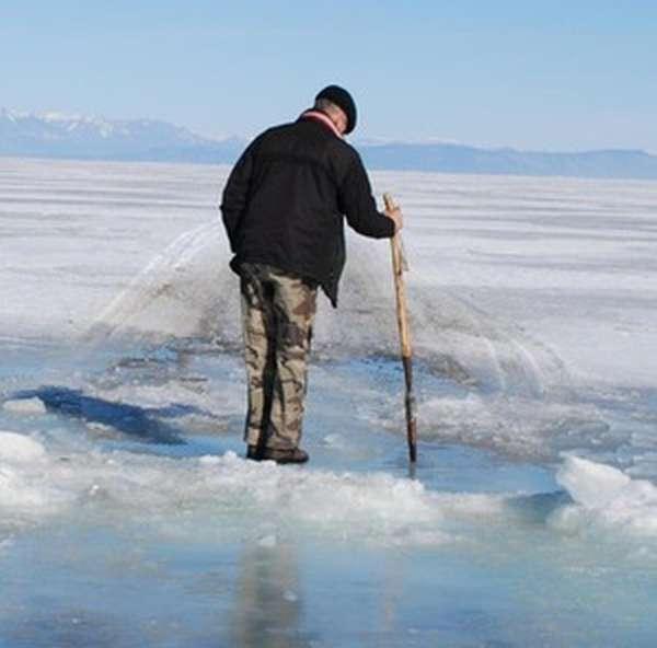 На проточных водоемах вместо льда на поверхности есть корка снега