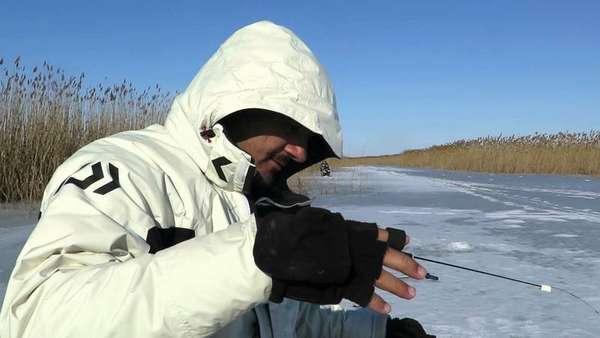Рыбак в полном комплекте для для зимы