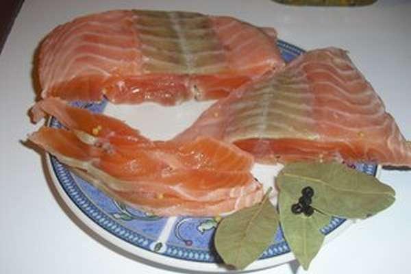 Процесс засолки красной рыбы