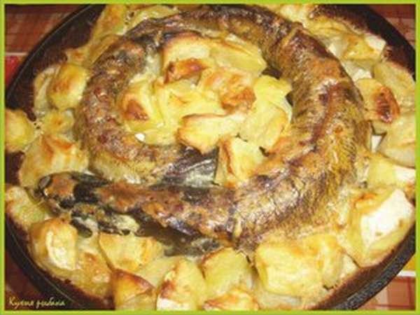 Рыба, обжаренная с луком и специями